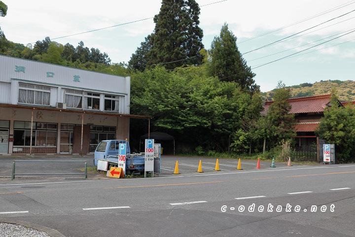 格安の土産物店の駐車場