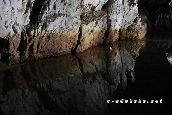 岩に反射する水面