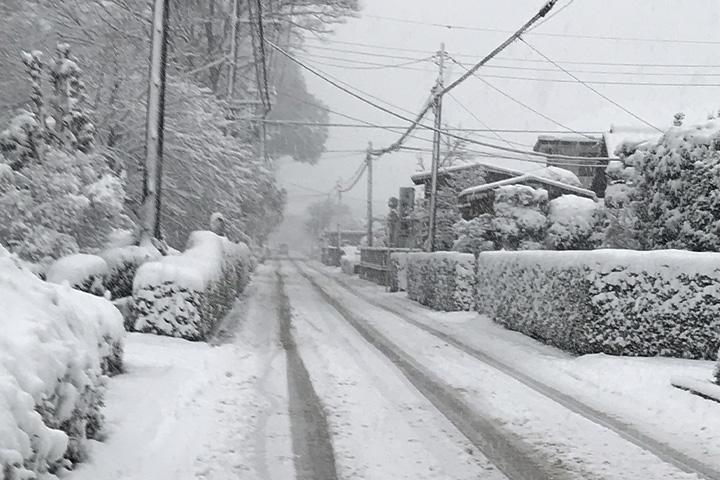 雪のわだちができた道路
