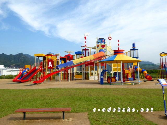 大人気!大竹の晴海臨海公園遊具広場はものすごく大きな遊具 ...