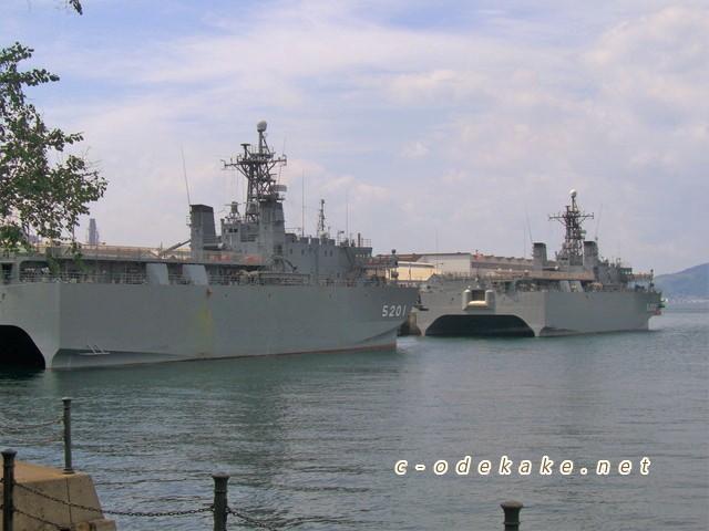 アレイからすこ島に停泊中の音響測定艦ひびき