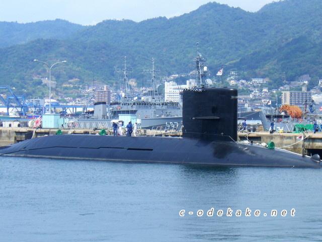 アレイからすこ島に停泊中のそりゅう型潜水艦
