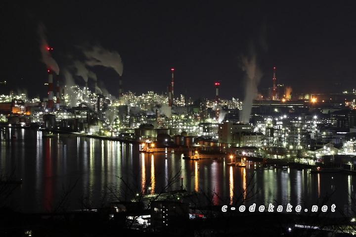海の光の反射が美しい大竹の工場夜景